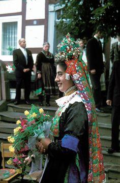 Trachtenbraut aus Bauerbach mit Brautkrone bei der Hochzeit in Niederklein, 1970  #Marburg #katholisch