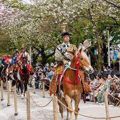 Souvenirs du Yabusame auquel nous avons assisté l'année dernière à #Asakusa (#Tokyo). À l'époque Edo, c'était un simple rite du nouvel an dans le temple d'Asakusa mais en 1983, l'arrondissement de Taitô a restauré l'aspect festif de cet événement.  Durant cette démonstration, chaque participant, vêtu d'un costume traditionnel de samouraï de l'époque d'Edo, doit tirer à l'arc pour atteindre une cible, le tout en montant un cheval lançée à tout allure !