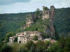 Penne: Ruines du château (forteresse) perchées sur un éperon rocheux et surplombant les maisons du village (bastide albigeoise), les arbres et la forêt - France-Voyage.com