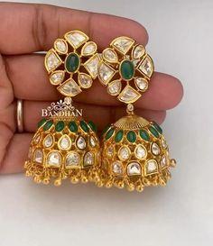 Gold Jhumka Earrings, Indian Jewelry Earrings, Jewelry Design Earrings, Gold Earrings Designs, Gold Jewellery Design, Ear Jewelry, Beaded Jewelry, Gold Jewelry Simple, Sony