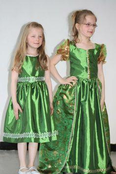 Elysa dans sa robe de princesse et Lucy avec sa jolie robe de demoiselle d'honneur.