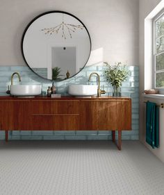 Incorporating ceramic tiles in bathroom designs opens up a world of possibilities with which we can experiment. Thanks to their versatility in color, shape, and Interior, Leather Couch Living Room Decor, Home Decor, House Interior, Spanish Bathroom, Home Interior Design, Bathroom Decor, Bathroom Inspiration, Modern Bathroom Tile