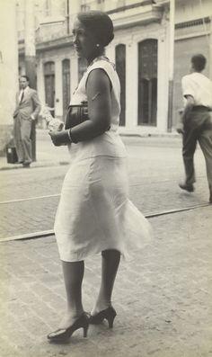 Walker Evans, [Mujer en la calle, La Habana], 1933