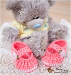 Booties crochet for a newborn. Crochet Baby Sandals, Booties Crochet, Crochet Baby Clothes, Crochet Shoes, Knitted Baby Boots, Baby Bootees, Crochet For Kids, Baby Knitting, Baby Gifts