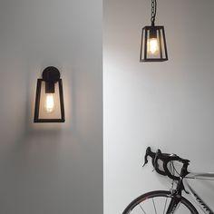Calvi Taklampe - Calvi er en svært flott taklampe i metall og klart glass som vil være et dekorativt valg til utebelysningen. Lampen er tilgjengelig i to utførelser, sort og polert nikkel. Bruk helst en klar og dekorativ pære for å gi den det rette uttrykket.