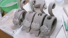 Good Absolutely Free Ceramics projects for beginners Tips Katzen Katzen The post Katzen appeared first on Salzteig Rezepte. Clay Art Projects, Ceramics Projects, Clay Crafts, Hand Built Pottery, Slab Pottery, Ceramic Pottery, Pottery Animals, Ceramic Animals, Beginner Pottery