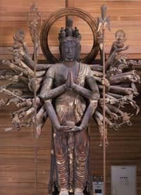【京都・広隆寺/千手観音立像(平安初期)】像高266センチ、以前は講堂に安置されていたが現在講堂は中に入ることができず、霊宝殿にうつされここで拝見できる。木造。 Religious Icons, Buddhist Art, Buddhism, Samurai, Saints, Buddha Statues, Japanese, Compassion, Temple