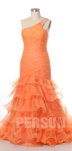 Une jolie robe de bal sirène orange à encolure asymétrique embelli de bijoux et jupe fantaisie à volant pour bal de fin de l'année Orange, Formal Dresses, Fashion, Bun Hair, Neckline, Skirt, Inverted Triangle, Hemline, Ballroom Dress