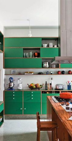 Green Kitchen: designs, models and photos with color - Küchen - Design Green Kitchen Designs, Colorful Kitchen Decor, Kitchen Paint Colors, Interior Design Kitchen, Colorful Kitchens, Green Kitchen Cabinets, Painting Kitchen Cabinets, New Kitchen, Awesome Kitchen
