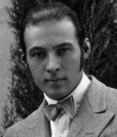 Rudolph Valentino Hollywood Actor, Hollywood Stars, Old Hollywood, Laurel And Hardy, Tom Hardy, Silent Film Stars, Movie Stars, People Crowd, Rudolph Valentino