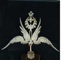 an unusual double winged aigrette, with a tall diamond floral motif riaing from between the wings