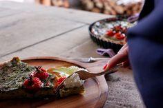 Cook & Celebrate: Tarta bazyliowa z zapieczonymi gałązkami pomidorkó...
