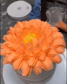 Buttercream flower on a cake - Cake Decorating Simple Ideen Buttercream Cake Designs, Buttercream Frosting, Buttercream Flowers Tutorial, Cake Decorating Videos, Cake Decorating Techniques, Artist Cake, Frosting Flowers, Cake Piping, Cake Videos