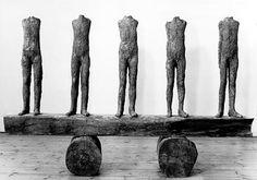 magdalena abakanowicz, ragazze on the beam, 1992, tkanina jutowa, żywica