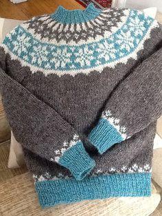 Ravelry: megamarbles' The Twins' Sigur Icelandic Sweaters Fin fargekombinasjon, og veldig fint med det blå på vrangbordene.
