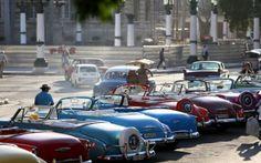 Coches clásicos en La Habana a la espera de turistas / JOE RAEDLE (GETTY IMAGES)