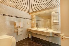 Blick ins Bad eines der Hotelzimmer / View into one of the bathroom of the hotel rooms | H+ Hotel Hannover