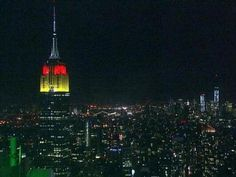 """9. Juli, New York, USA  Nach dem historischen 7:1-Sieg der Deutschen Elf gegen Brasilien zeigt sich auch das Empire State Building, eines der Wahrzeichen New Yorks, beeindruckt und erstrahlt in den Farben Schwarz-Rot-Gold.  """"Wir leuchten heute in gold, rot und schwarz, um das Weiterkommen Deutschlands zu ehren"""", schreiben die Betreiber des Gebäudes auf Twitter. Normalerweise kommt diese Ehre Deutschland nur einmal im Jahr zu - am Tag der deutschen Einheit im Oktober."""