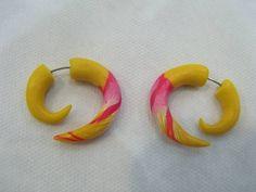 Falso Alargador Espiral Material: Cerâmica Plástica Cor: Amarelo e Rosa R$ 30,00  www.elo7.com.br/dixiearte
