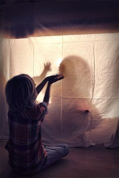 Light and dark; 23 theme games and activities for toddlers and preschool children - Mom Love Theme Days, Wolf, Bible Crafts, Reggio Emilia, Working With Children, Toddler Activities, Light In The Dark, Creative Photography, Kids