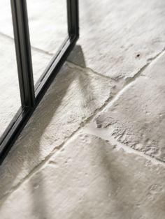 Wat kosten RAW Stones? | Jett Wonen Landelijke Stijl Unique Flooring, Stone Flooring, Kitchen Flooring, Castle Stones, Theoule Sur Mer, Tiled Hallway, Garden Paving, Hawaii Homes, Stone Kitchen