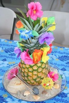 Pineapple centerpiece 🍍for a Hawaiian Party🌴🌺🌞 Aloha Party, Hawaiian Luau Party, Hawaiian Birthday, Tiki Party, Luau Birthday, Moana Hawaiian, Hawiian Party, Hawaiian Theme, Birthday Parties