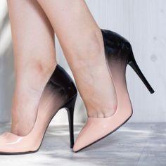 Pantofi stiletto, de culoare neagra si somon, confectionati din piele ecologica. Dimnesiunea tocului este de 11 cm