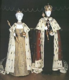 King Haakon and Queen Maud of Norway also wore ermine  at their consecrations in Trondheim.