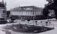 Perspectiva da praça com o prédio do Ideal Clube à frente. À direita do Ideal, o casarão que pertenceu ao empreendedor Isaac Benayon Sabbá.  A fotografia é um cartão postal Bazar Foto, da década de 1940. Fonte: Manaus Sorriso.