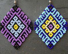 Mexican Huichol Earrings Purple or Blue Mexican Huichol Earrings Purple or Blue Seed Bead Jewelry, Bead Jewellery, Seed Bead Earrings, Beaded Tassel Earrings, Beaded Bracelets, Blue Earrings, Seed Bead Patterns, Beading Patterns, Beading Tutorials