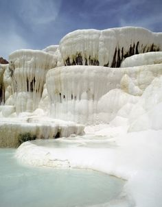 Pamukkale, limestone terraces that have formed over time in Turkey. Places To Travel, Places To See, Beautiful World, Beautiful Places, Pamukkale, Holiday Places, All I Ever Wanted, Spring Nature, Natural Phenomena