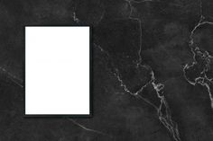 Mock up marco cartel en blanco que cuelga en la pared de mármol negro en la habitación - se puede utilizar maqueta para la presentación de productos de montaje y el diseño de diseño visual clave. Foto Gratis