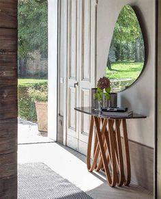 Consolle modello Arpa by TONIN CASA.  Intrecci di legno curvato tinto bianco, noce canaletto o rovere scuro, sostengono un piano in vetro temperato o in prezioso marmo disponibile in diverse finiture. Il massimo dell'eleganza e del design per un complemento che davvero fa la differenza!