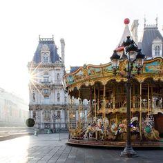 """Che ne dite di un giro sulla giostra nel cuore di Parigi? - David Khutsishvili (@dkhphoto) su Instagram: """"Parisian morning at its best ☀"""""""