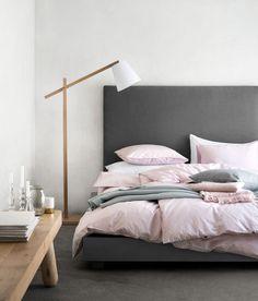 Betonowa podłoga w sypialni / Conrete floor in the bedroom.