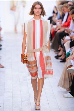 Het silhouet: een rechte jurk tot op de knie, waarvan de taille laag valt. (Chloé)