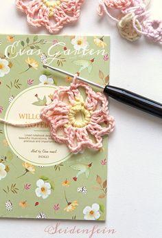 Crochet Motif, Crochet Patterns, Diy Blog, Diy And Crafts, Crochet Necklace, Flower Crochet, Fast Crochet, Little Flowers, Mantas Crochet