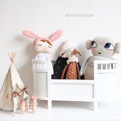 Den skønne Maileg tipi passer perfekt til vores lille Sonny Angel samling ☀️ Tipien, dukker, bamser og pude finder du på myluckyday.dk #myluckydaydk #luckyboysunday #miniroom #maileg #homelycreatures #kidsroom #kidsinspo #kidsdecor #børneværelse