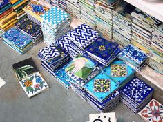 Jaipur Blue Pottery : Photo Tour Blue Pottery Jaipur, Bungalow Interiors, Moroccan Interiors, Indian Home Decor, Dream Decor, Home Decor Inspiration, Ceramic Pottery, Interior Design Living Room, Tiles
