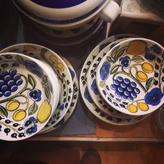 Paratiisi plates and bowls, designed by Birger Kaipiainen. Find out more about Nordic vintage from Finland at www.astialiisa.com⠀🌍 Free shipping on orders over 90 €! #nordicdishes #vintagedishes #Finnishdesign #BirgerKaipiainen #arabia #arabiafinland #Kaipiainen #finnishvintage #arabiaparatiisi #nordicinteriors #ceramics #finnishdesign #modernism #scandinaviandesign #design #everydaydesign #rusticceramics #paratiisi #paratiisiblack