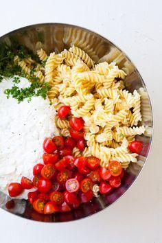 20-Minuten Tzatziki-Nudelsalat. Super einfach und SO lecker. Für dieses schnelle Rezept braucht ihr nur eine Handvoll Zutaten. Unbedingt probieren - kochkarussell.com