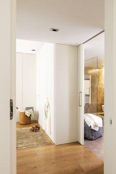 MG 9662. Dormitorio principal y baño comunican a través de unas puertas correderas blancas_MG 9662