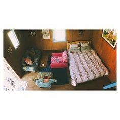 テキスタイルの素敵なキャビン。 こんな部屋に住んでみたい! お子さん連れも、これだけ充実した環境なら安心してアウトドアを楽しめますよね。
