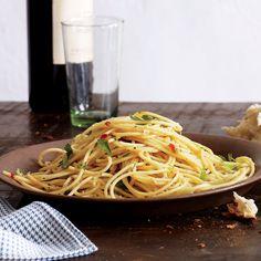 Spaghetti Aglio e Olio by Rachel Ray! Yall i made this sundaynite! Italian Recipes, New Recipes, Favorite Recipes, Italian Foods, Italian Dishes, Vegan Recipes, Recipies, Pasta Recipes, Cooking Recipes