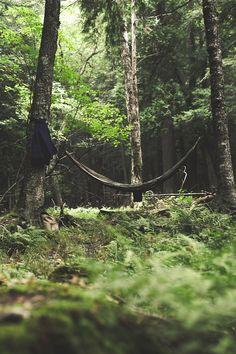 Nada mais tranquilo e relaxante do que um descanso em uma rede no meio da mata.