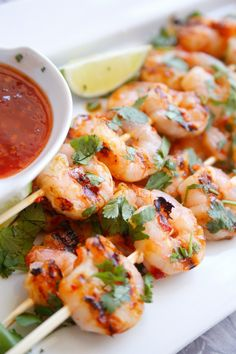 This Grilled Sweet Chili Lime Shrimp recipe will help you win summer and you have the chance to win a brand spanking new Hamilton Beach Indoor Searing Grill! Lime Shrimp Recipes, Chili Lime Shrimp, Grilled Shrimp Recipes, Seafood Recipes, Seafood Diet, Dinner Recipes, Grilled Food, Crockpot, Smoothies