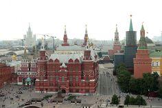 """Museu Estatal de História.Foto: Ekaterina Chesnokova/RIA Novosti  A Praça Vermelha é a mais importante da Rússia. Seu nome vem do russo antigo, onde """"krásnaia"""", ou seja, """"vermelha"""", também significava """"bonita"""". E assim é essa locação: a mais bonita praça do país, bem lado dos muros do Kremlin...."""