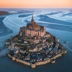 Mont Saint-Michel Adasi, France / Travel destination / Places to visit / Tourism Beautiful Castles, Beautiful World, Beautiful Places, Wonderful Places, Beautiful Architecture, Beautiful Landscapes, Creative Architecture, Places Around The World, Travel Around The World