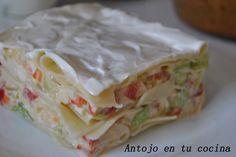 Lasaña de verano / 8 palitos de cangrejo, 1/2 pimiento rojo, 125gr de gambas peladas, 1 cebolla pequeña, 8 placas de lasaña, unas 3 hojas de lechuga, sal, pimienta y mayonesa al gusto