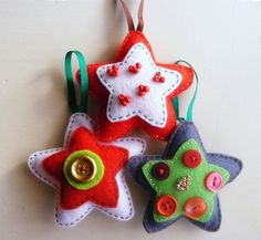 Estrellas de fieltro para decorar la Navidad
